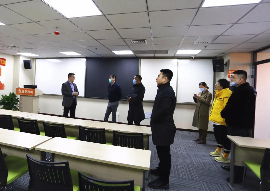 太原市青年家企业商会50多位企业家,在杜建会长的带领下,来到晟尧跨境电商产业园参观考察。插图(2)