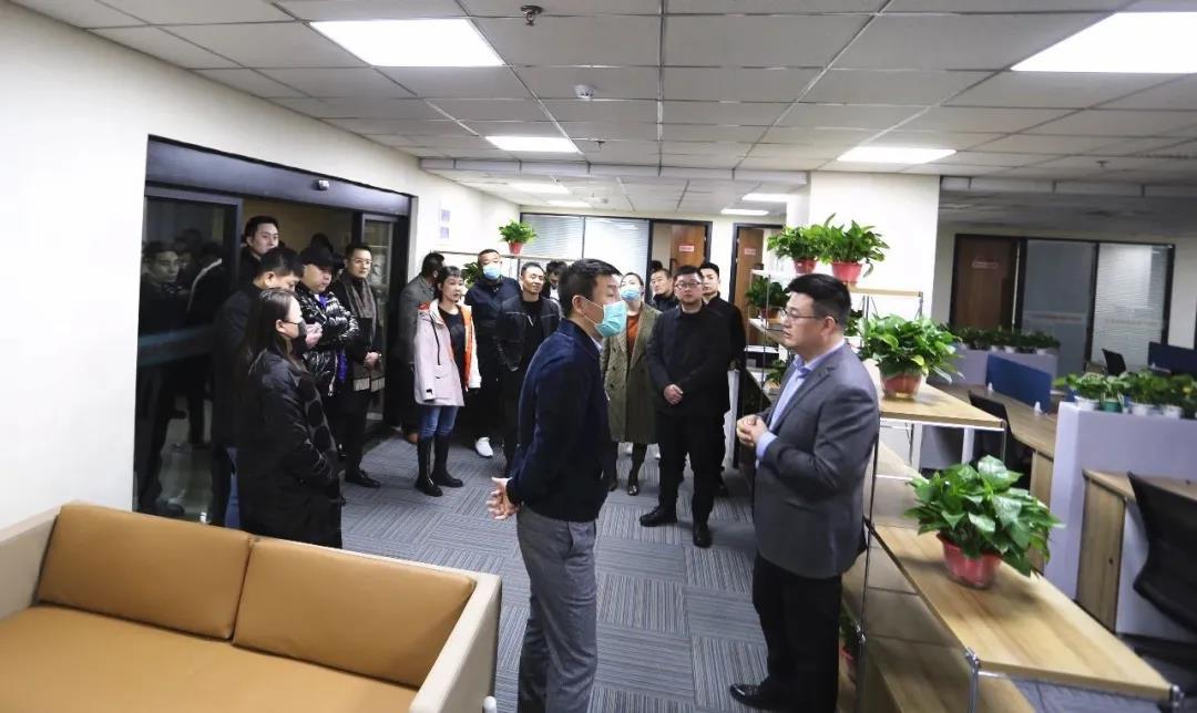 太原市青年家企业商会50多位企业家,在杜建会长的带领下,来到晟尧跨境电商产业园参观考察。插图(6)
