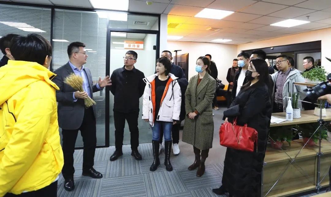 太原市青年家企业商会50多位企业家,在杜建会长的带领下,来到晟尧跨境电商产业园参观考察。插图(7)